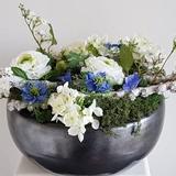 Schaal met witte en blauwe bloemen